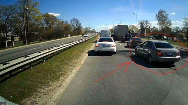 VIDEO: Iepazīsties – IDIOTS! Rīgā Mercedes traucas paslēpies aiz ātrās palīdzības un… AVARĒ!