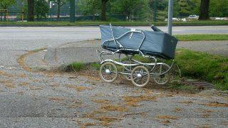 Policisti Rīgā uz ielas atrod ratos pamestu 7 mēnešus vecu meitenīti – vecāki piedzērušies klīst apkārt!