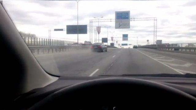 ACULIECINIEKA VIDEO: Pārdzēries BMW vadītājs pa Dienvidu tiltu līkumo ar tukšām riepām…