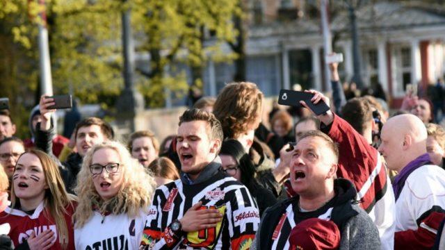 VIDEO: SAVIĻŅOJOŠI! Pēc uzvaras pār Itāliju, latvieši pie Brīvības pieminekļa dzied himnu!