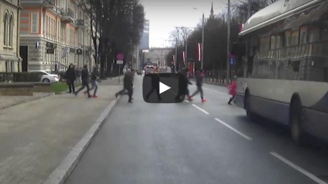 VIDEO: Skolotāja pakļauj bērnus dzīvības apdraudējumam, šķērsojot ielu tam neparedzētā vietā!