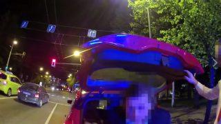 VIDEO: Policija pieķer taksistu, kurš Rīgā pārvadā klientu no Portugāles… BAGĀŽNIEKĀ!