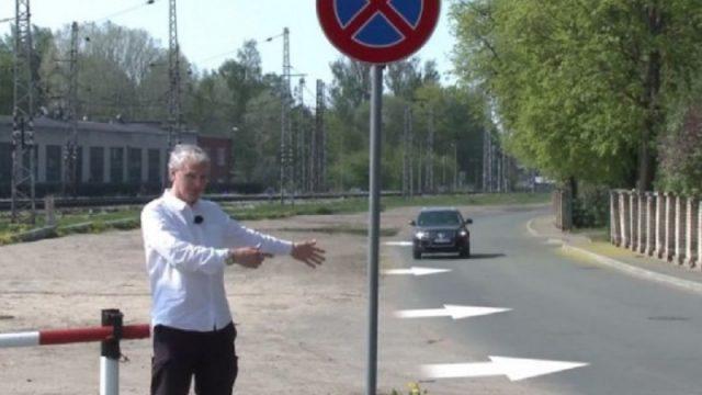 """VIDEO: """"Zebra"""": Absurdais aizliegums novietot auto laukumā pie Stradiņu slimnīcas!"""