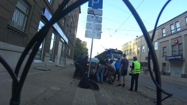 VIDEO: Kā rīkoties, ja uz Barona ielas stāvošs auto neļauj braukt tramvajam? Pārcel to!