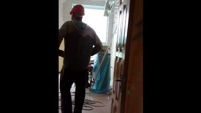 """Aculiecinieka VIDEO: Ogres vidusskolā """"pieķerts"""" kāds strādnieks, kurš ļāvies savai kaislībai…"""