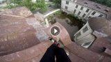 VIDEO: Pārgalvis lēkā pa Rīgas jumtiem un ik sekundi riskē ar savu dzīvību!