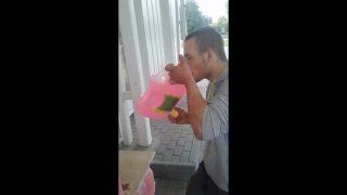 VIDEO: Prātiņ, nāc mājās! Pārdzēries jaunietis Tukumā nolemj izdzert antifrīzu!