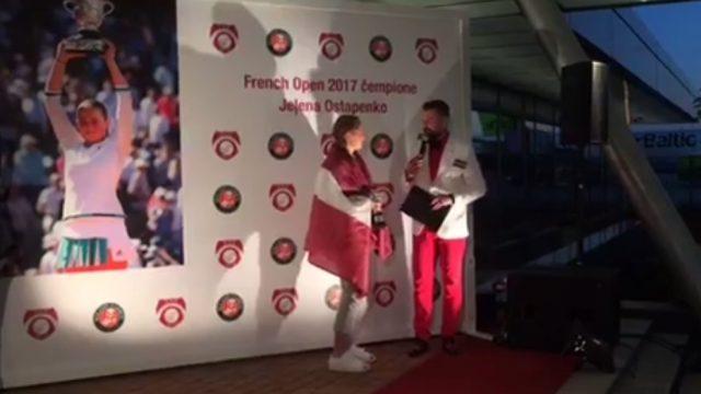 VIDEO TIEŠRAIDE: Tenisiste Aļona Ostapenko tiek sagaidīta Rīgas lidostā!