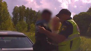 VIDEO: Kārsavas novadā aiztur jaunieti, kurš bēg no policijas! Viņa draudzene dāvā kaislīgus skūpstus…