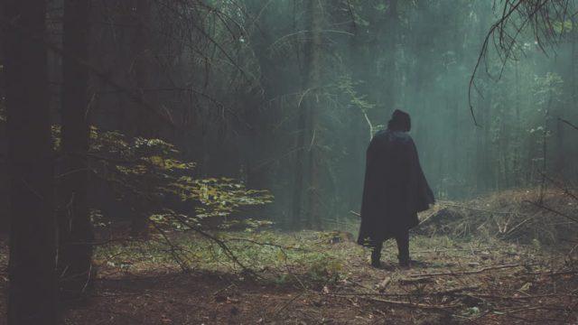 Vīrieši mežā sastop vecu kundzi: Kur māmuliņa mūs ved? Tak ne jau kaut kur nosist un apēst meža vidū!