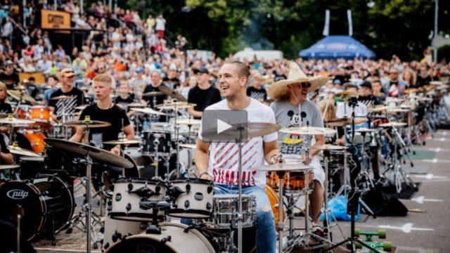 """VIDEO: Iespaidīgi! Kā 300 bundzinieki Grīziņkalnā izpildīja Bruno Mars dziesmu """"24K Magic""""!"""