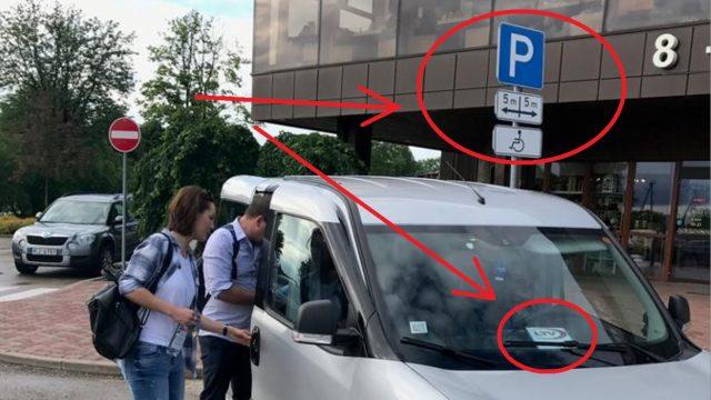FOTO: Latvija televīzijas darbinieki NEKAUNĪGI izmanto invalīdu stāvvietu!