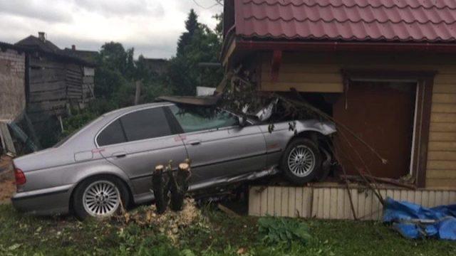 VIDEO: Daugavpilī BMW ietriecas mājā! Puisēnu glābj vecmammas pusdienās sauciens!