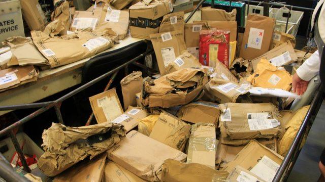 """FOTO: """"Latvijas Pasts"""" no Lielbritānijas saņēmis desmitiem bojātu sūtījumu!"""