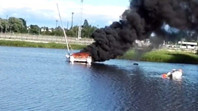 VIDEO: Rīgā melniem dūmiem deg jahta! Cietuši 12 cilvēki, tostarp septiņi bērni!