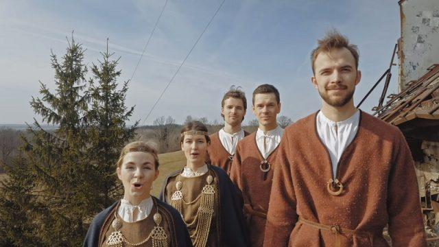 """VIDEO: Noskaties! Koris """"Balsis"""" izveidot SATRIECOŠU videoklipu par Latviju!"""