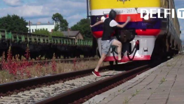 Aculiecinieka video: Ārprāts! Čiekurkalna stacijā jaunietis metas priekšā vilcienam!