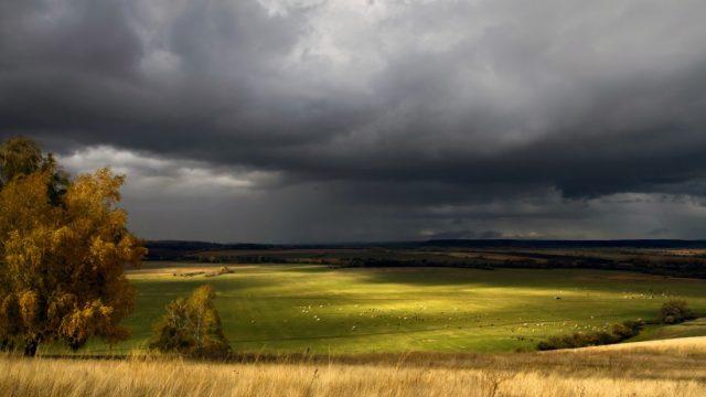 Sinoptiķi brīdina: Šodien visai Latvijai pāri plosīsies negaiss un vētra! Iespējama arī krusa!