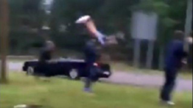 Aculiecinieka VIDEO: Rojā pārdzēries jaunietis ar auto nesoties tieši virsū notriec citu jaunieti! (18+)