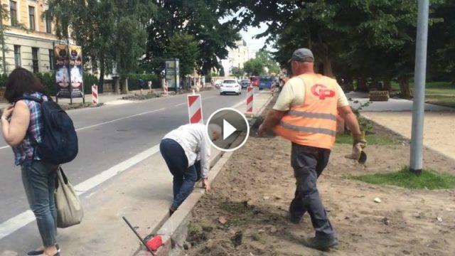 VIDEO: Klupdami un krizdami, gandrīz nobraukti – gājēji Rīgā remontu laikā ir nulles vērtībā!
