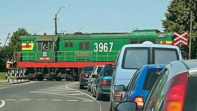 Traģēdija Liepājā: vilciena un automašīnas sadursmē šorīt bojā gājuši divi cilvēki.