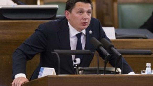 Artuss Kaimiņš piedāvā darbu Saeimā! Meklē sev palīgu – piedāvā 500 eiro lielu algu!