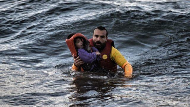 Carnikavā glābēji krastā nogādā ar piepūšamo matraci jūrā iepūstu bērnu!