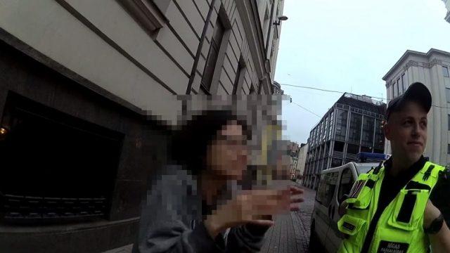 VIDEO: Smieklīgi! Rīgā iereibusi japāņu tūriste izdveš dažādas skaņas un policistiem rāda mēmo šovu!