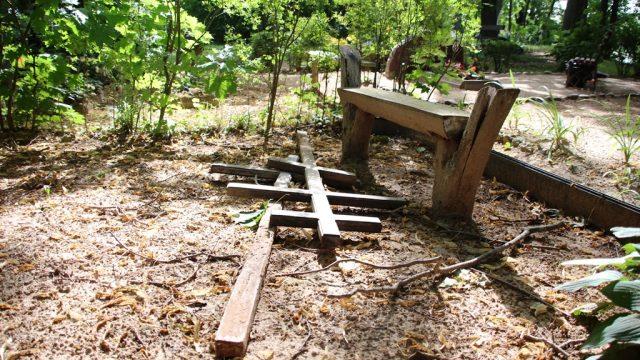 MEKLĒ neliešus, kuri izpostījuši kapu kopiņas Pilsrundālē!