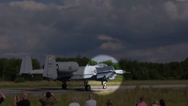 VIDEO: Igaunijā mēģinot nolaisties uz šosejas avarē ASV kaujas lidmašīna!
