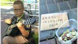 """VISU CIEŅU! Jauns puisis pie """"Rimi"""" spēlē ģitāru, lai varētu īstenot savu sapni!"""