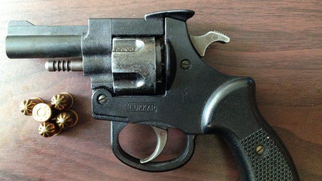 FOTO: Policija no divu ventspilnieku dzīvesvietām konfiscē cigaretes, ieroci un marihuānu!