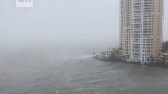 """VIDEO: Apokaliptiski skati! Viesuļvētras """"Irma"""" laikā Miami pilsētu ASV pārņem ūdens!"""
