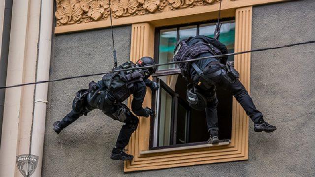 FOTO GALERIJA: Lūk, kā šodien Rīgas centrā izskatījās pretterorisma vienība Omega darbībā!