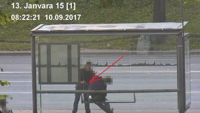 VIDEO: Policija pamana, kā Rīgā apzog guļošu vīrieti un rīkojas nekavējoties!