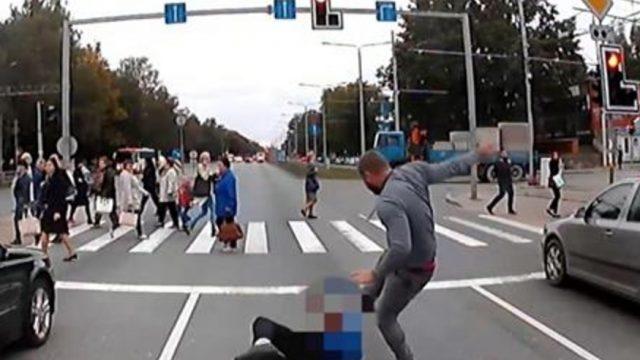 Video: BMW vadītājs Juglā nogriež ceļu pasažieru autobusam un atspārda tā šoferi!