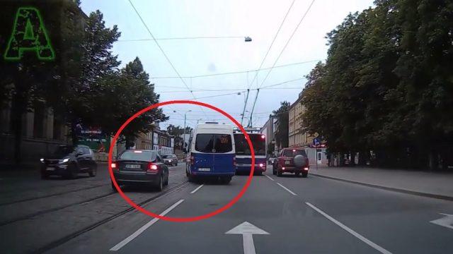 """VIDEO: """"Mikriņa"""" vadītājs pie VEF tilta gandrīz taranē Volvo!"""