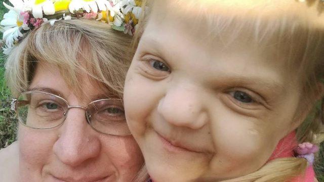 FOTO: Māte lūdz līdzcilvēku palīdzību! Iespējams ir nolaupīta attēlā redzamā meitenīte!