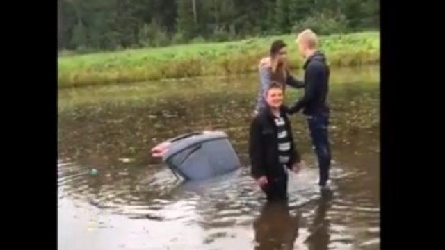 ACULIECINIEKA VIDEO: Jaunieši Lielvārdes ūdenstilpnē glābjas no slīkstoša auto!