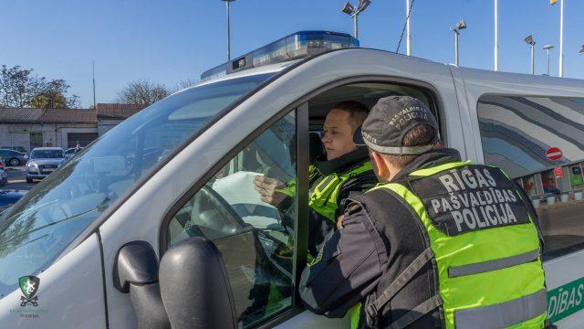 Policisti Rīgā sastop māti 2,88 promiļu reibumā ar 5 gadīgu zēnu! Grib nodot zēnu vecmāmiņai, bet arī viņa izrādās piedzērusies!