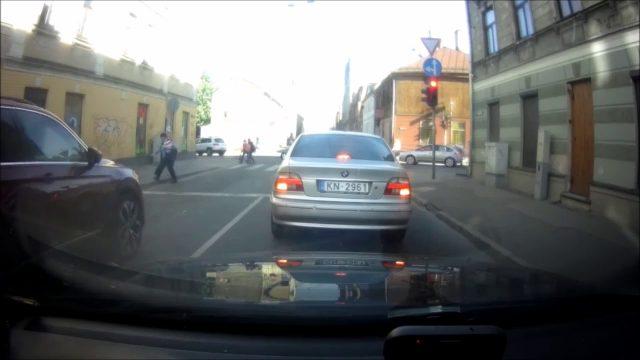 """VIDEO: Rīgas ielās nekaunīgs autovadītājs mēģina """"ielīst"""" un izraisa avāriju!"""