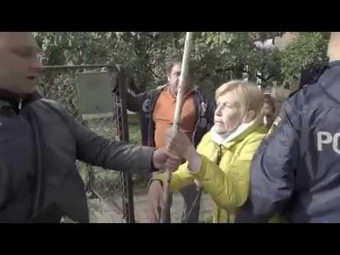VIDEO: ĀRPRĀTS! Policija vardarbīgi izliek no mājas 83 gadus veco Gitu Karlsbergu!