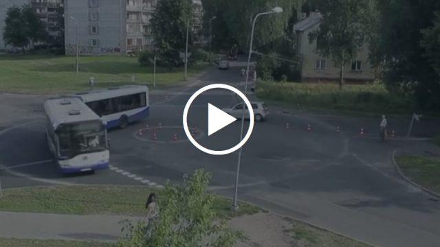 """VIDEO: """"Zebra"""" par absurdo 5 ielu krustojumu – vai tiešām jāgaida līķi, lai kas mainītos?"""