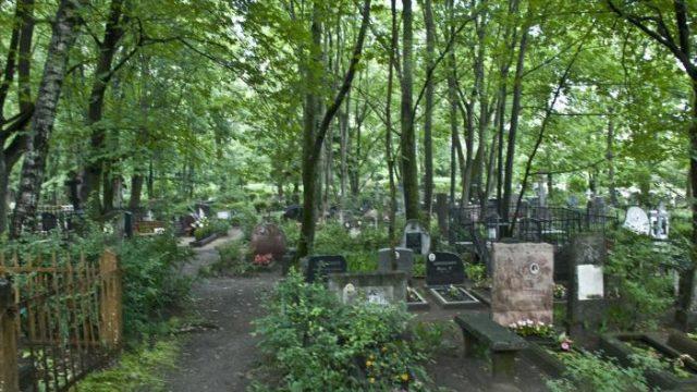 Rīgā, Ivana kapos sieviete izģērbjas kaila, sāk vārtīties pa zemi un skrāpēt sev seju…