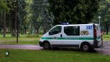 Agresīvs vīrietis Rīgas centrā uzbrūk sunim, sakaujas ar suņa īpašnieku un metas virsū policistiem!