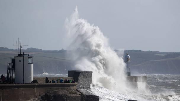 """VIDEO: Ārprāts! Lūk, kā izskatās gadsimta vētra """"Ofēlija"""", kas plosās Īrijā!"""