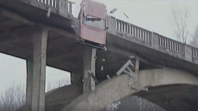 VIDEO: Unikāli kadri! Raidījums Zebra atklāj, kā no tilta pirms 20 gadiem nolidināja auto!