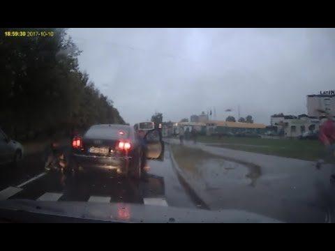 Aculiecinieka VIDEO: Imantā pie gājēju pārejas notriec meiteni, kura steidzās uz autobusu!