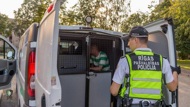 29 gadīgs vīrietis Rīgā paceļ roku pret mazgadīgiem bērniem un grūtnieci.