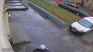 VIDEO: Tiek meklēta sieviete, kura ar džipu ietriecās stāvošā auto un aizmuka no notikuma vietas!